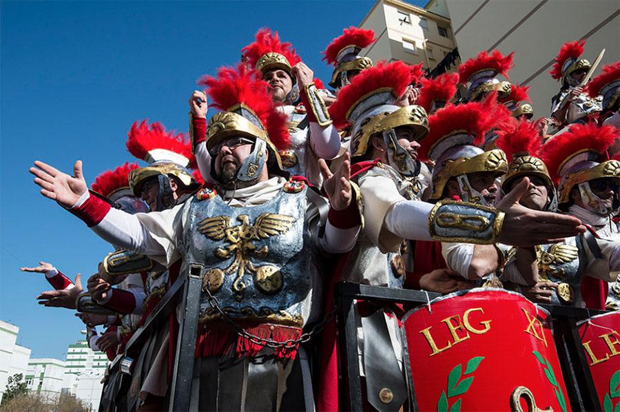 carnaval cadiz hoteles hombres disfrazados de romanos