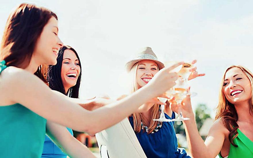 chichas brindando en un dia festivo viajes