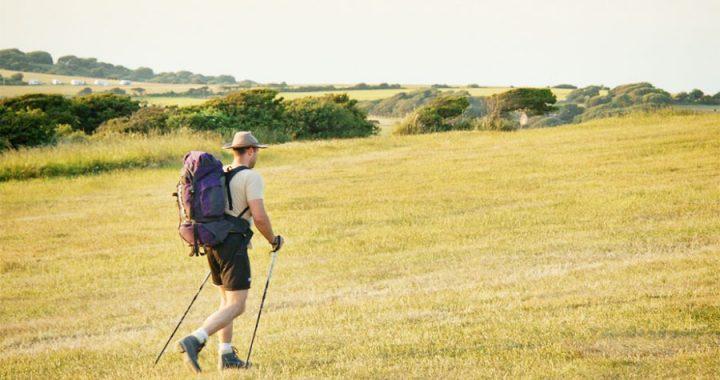 hombre haciendo trekking en la montana