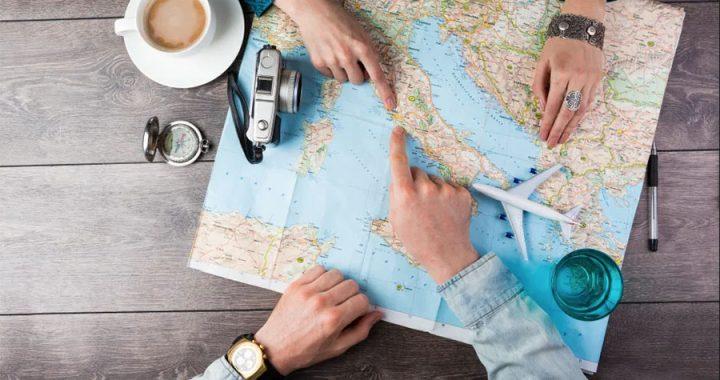 planificando viajes mapa cafe brujula